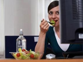 เวลากินอาหารตอนพักกลางวัน ชอบกินเร็ว